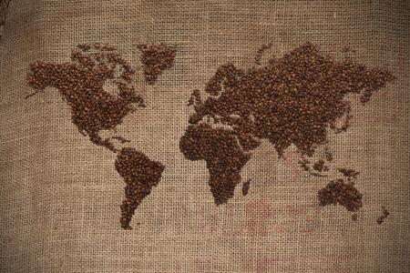 frijoles: Mapa Wold hecha de granos de café sobre fondo de textura