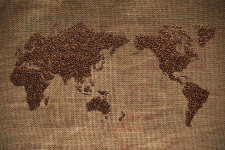 Wold kaart gemaakt van koffiebonen op getextureerde achtergrond