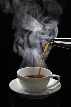 熱いコーヒーを注ぐ