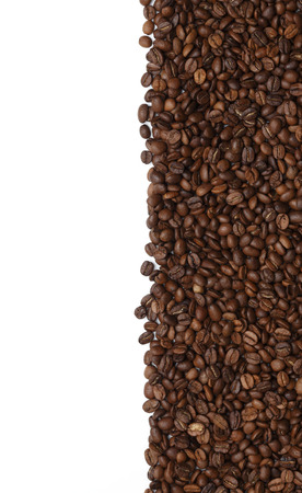grano de cafe: Granos de café aislados en blanco
