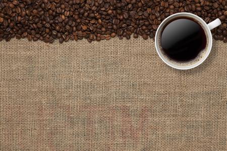 Chicchi di caffè e tazza di caffè su uno sfondo di iuta Archivio Fotografico - 45602290