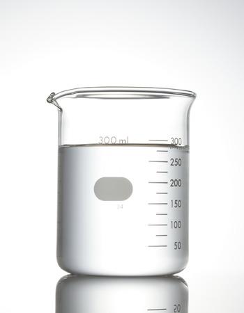 beaker: Vaso de precipitados sobre blanco Foto de archivo
