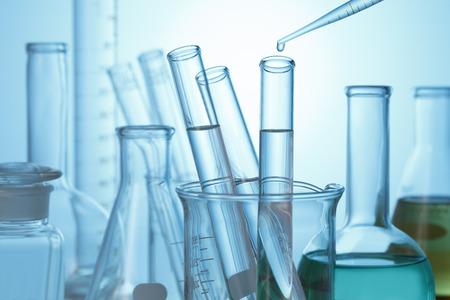 probeta: Gota de líquido de la pipeta de vidrio de laboratorio para probar tubo