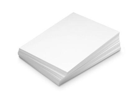 apilar: La pila de papel en blanco aislado en fondo blanco con trazado de recorte