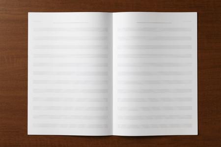 Blanco bladmuziek op houten tafel