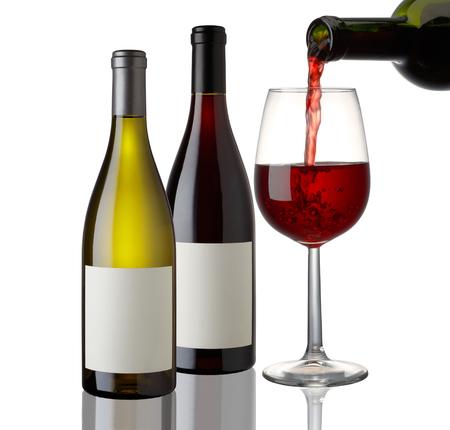 赤と白ワインのボトルと白い背景の上のガラス
