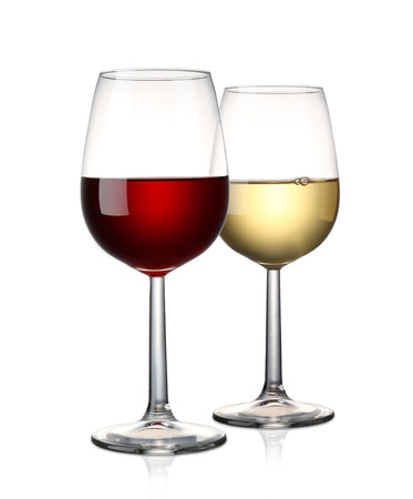 rode wijn en witte wijn op een witte Stockfoto
