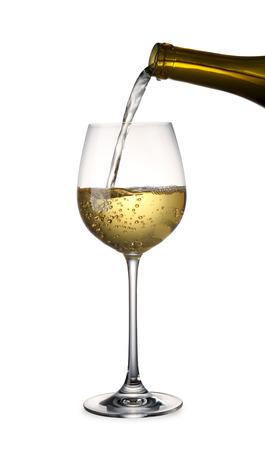 클리핑 패스와 함께 화이트 와인을 붓는