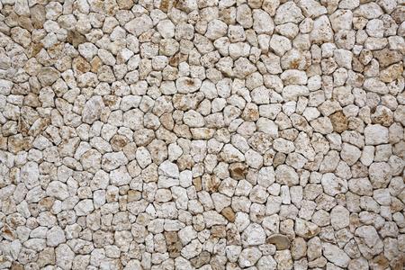 サンゴ石灰岩のカットのブロックから作られた壁の抽象的なテクスチャ背景
