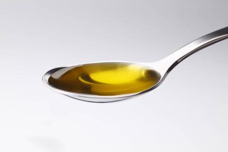 aceite de oliva: El aceite de oliva en el fondo blanco