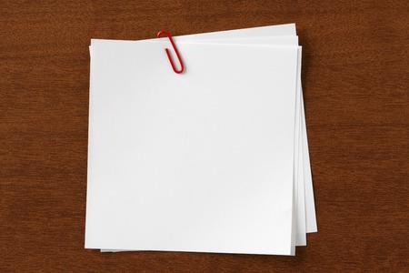 papel de notas: Nota con el clip en la madera Escritorio
