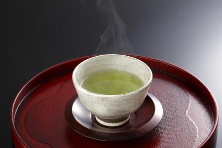 ceramica: El té verde japonés en taza de porcelana