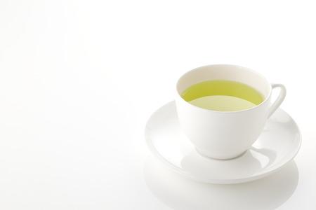 taza de té: El té verde japonés en taza de porcelana sobre fondo blanco