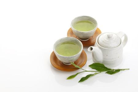 白い背景のティーポットと日本緑茶と緑茶葉します。