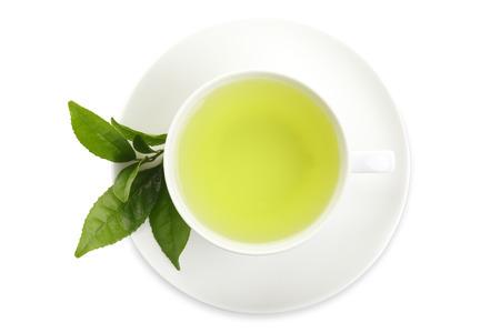 Japanse groene thee en verse groene thee bladeren op een witte achtergrond