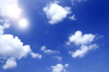 cielo de nubes: Cielo y las nubes y el sol intenso Foto de archivo