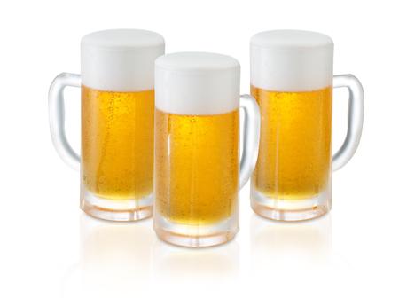 vasos de cerveza: Vasos de cerveza fresca con espuma y burbujas en el fondo blanco