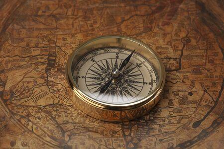 古い地図とコンパス