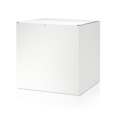 Blanco witte kartonnen doos op witte achtergrond