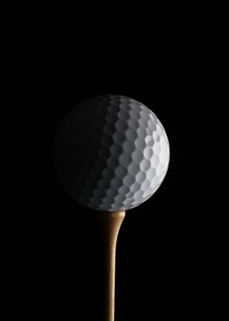 黒の背景に分離された単一の白いゴルフ ・ ボールのクローズ アップ。 写真素材 - 46379148