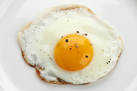 Uovo fritto su un piatto Archivio Fotografico - 46617747