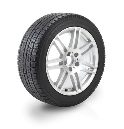흰색 배경에 겨울 타이어와 자동차 휠. 클리핑 패스에 포함되어 있습니다.