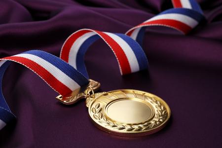 Goldmedaille auf lila Hintergrund