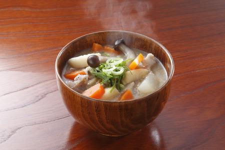 Miso soep met varkensvlees en groenten