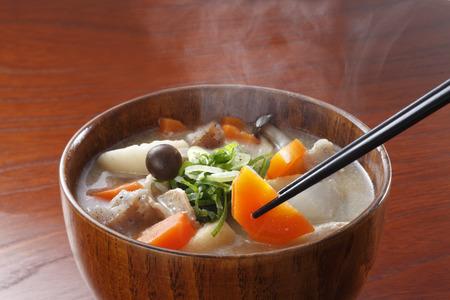 「味噌汁」伝統的な日本料理豚汁