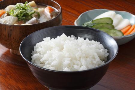 """arroz blanco: """"Sopa de miso"""" butajiru tradicional plato japonés y el arroz y encurtidos Foto de archivo"""
