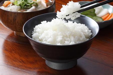 """""""Miso-Suppe"""" Traditionelle japanische Gericht Tonjiru und Reis und Gurken Standard-Bild"""