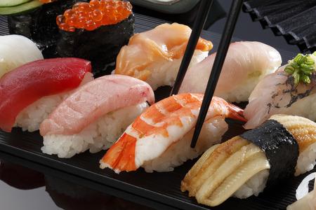 Japanse schaal-en schelpdieren sushi veel lekkere verse Japanse sushi met tonijn, kaviaar en garnalen