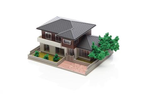 白い背景の上の家のモデル