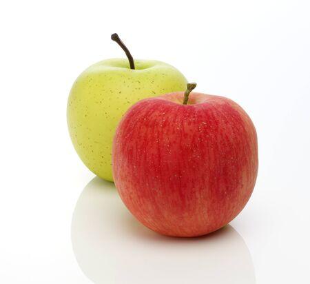 manzana roja: Roja y las manzanas verdes sobre fondo blanco Foto de archivo