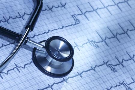 elettrocardiogramma: Stetoscopio ed elettrocardiogramma di HealthcareDoctor Archivio Fotografico