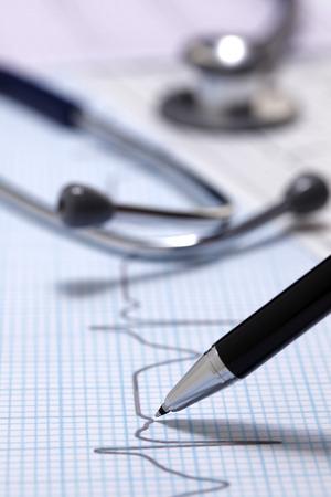 elettrocardiogramma: L'assistenza sanitaria del medico stetoscopio e elettrocardiogramma