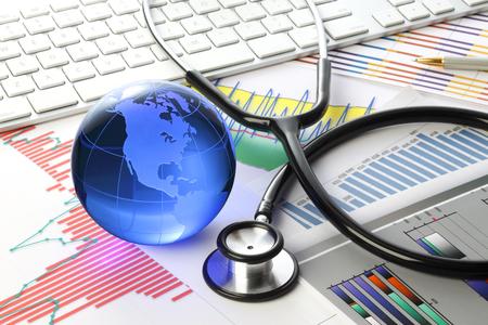 Stethoscoop met financieel memorandum Stockfoto