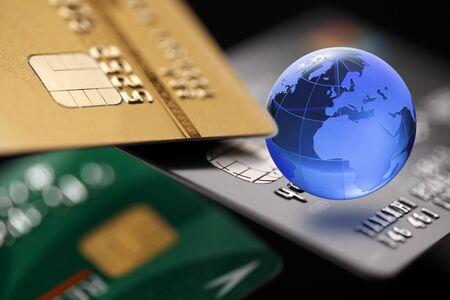 tarjeta de credito: Banca por Internet. tarjeta de crédito con el globo. concepto de pago.