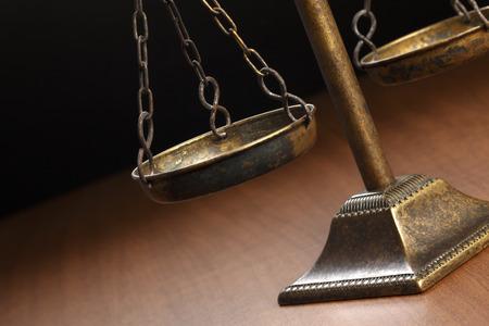 justice scale: Escala de la justicia en la mesa de madera Foto de archivo