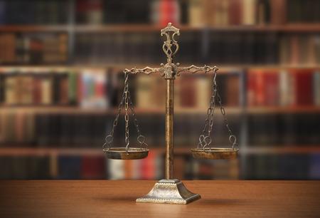 libros antiguos: Escala de la justicia en la mesa de madera Foto de archivo