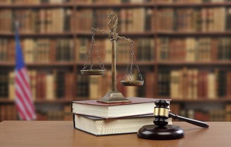 小槌と正義と法律法律事務所で机の上の本のスケール
