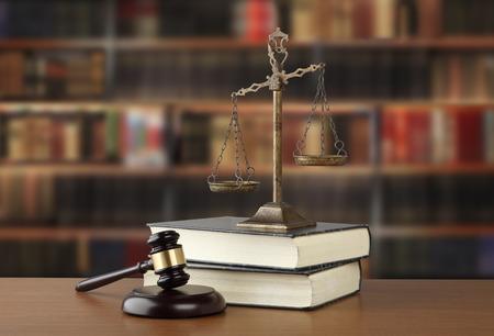 법률 사무소에서 책상에 법무부와 법률 도서의 관행과 저울