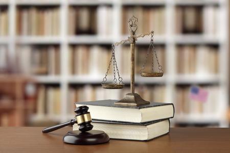 Gavel En Weegschalen Van Justitie En Rechtboeken Op Bureau In Rechtskantoor Stockfoto