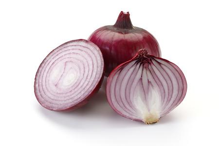 Cebolla roja aislada sobre fondo blanco