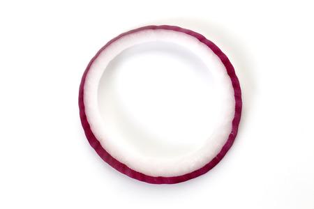 Aros de cebolla roja sobre fondo blanco