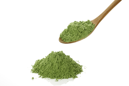 숟가락에 녹색 주스 가루