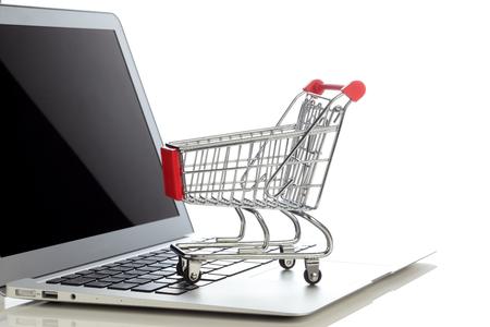 E-commerce. Winkelwagen op laptop. Conceptueel beeld.