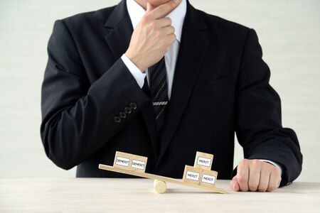 Businessmen considering the balance between advantages and disadvantages Banque d'images - 150168246