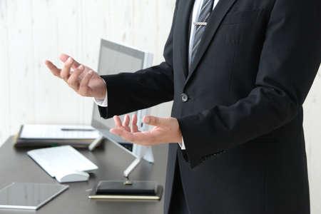 a businessman who explains Banque d'images