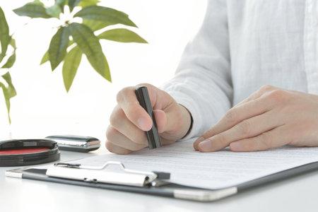 a woman who enters into a contract 免版税图像